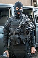 Membre du RAID en tenue d'intervention<br /> Monsieur Bernard Cazeneuve, ministre de l'interieur, s'est rendu a Lyon, a l'Ecole Nationale Superieure de la Police afin de presenter ses voeux.A cet occasion il a visite les differents ateliers sur les capacites en cas d'intervention de la BAC, de la BRI, du RAID et de la PJ, sans oublier le CONSTOX, unite specialisee de constatation toxique de la police judiciaire.Il etait accompagn&eacute; du directeur general de la police nationale ainsi que de Michel Delpuech, Prefet de la region.