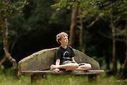 Park bench made of oak. Lyndhurst (county of Hampshire), England | Parkbank aus Eichenholz. Lyndhurst (county of Hampshire), England