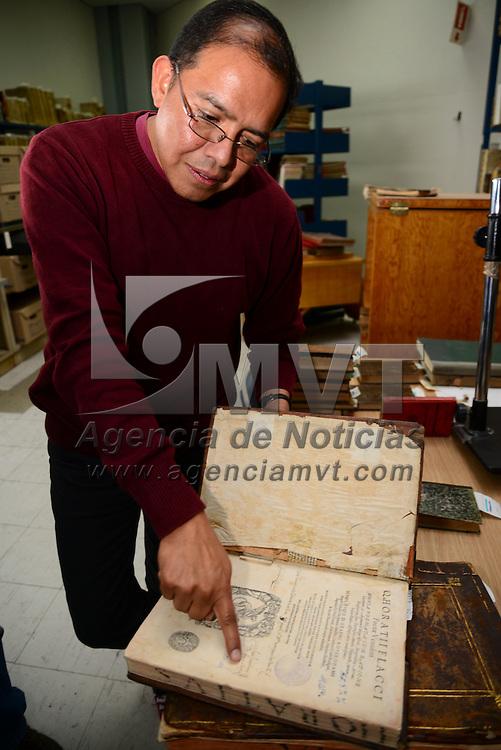 Toluca, Méx.- La Biblioteca del Centro Cultural Mexiquense cuenta con una colección de libros entre los cuales algunos tiene más de 500 años de antigüedad, Adrián Zárate Santana, encargado del Acervo, explico que tienen diversas procedencias y en su mayoría son religiosos, rescatados y ahora resguardados en este lugar. Agencia MVT / Crisanta Espinosa