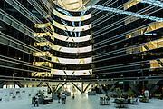 ABU DHABI, EMIRATS ARABES UNIS - 20 JANVIER 2016: L'intérieur de l'Agence Internationale de l'Energie Renouvlable (IRENA). Le bâtiment est construit en matériaux durable comme du béton 'bas carbone', de l'aluminium recyclé et du bois certifié.