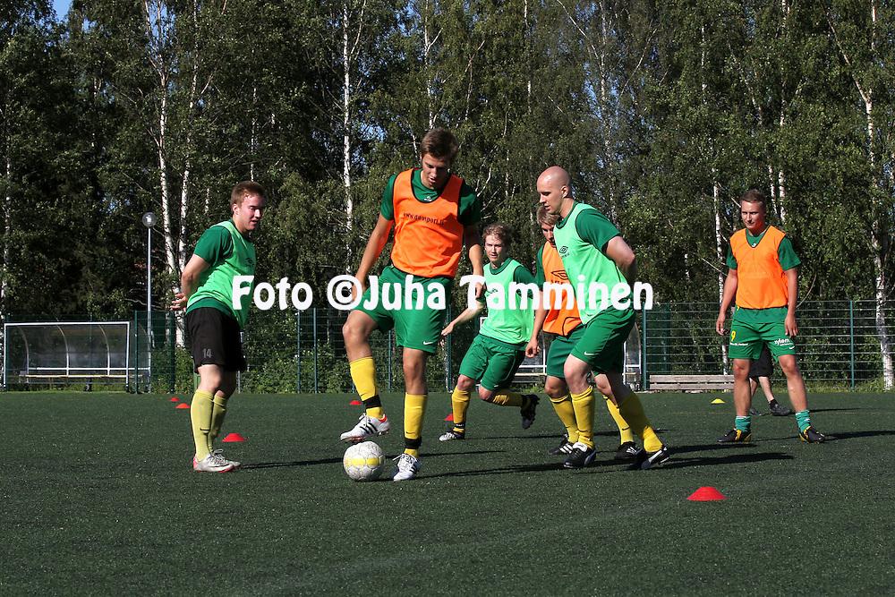 3.7.2012, Matinkyl?, Espoo..EsPan harjoitukset, keskell? pallon kanssa (oranssi liivi) Masar ?mer.