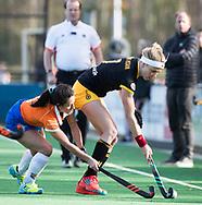 BLOEMENDAAL - Ireen van den Assem (Den Bosch) met Maria del Pilar Romang (Bl'daal). hockey hoofdklasse dames Bloemendaal-Den Bosch (0-6) . COPYRIGHT KOEN SUYK