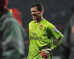 Arsenal's Wojciech Szczesny holds his side and he looks in pain. - Photo mandatory by-line: Alex James/JMP - Mobile: 07966 386802 - 22/11/2014 - Sport - Football - London - Emirates Stadium - Arsenal v Manchester United - Barclays Premier League