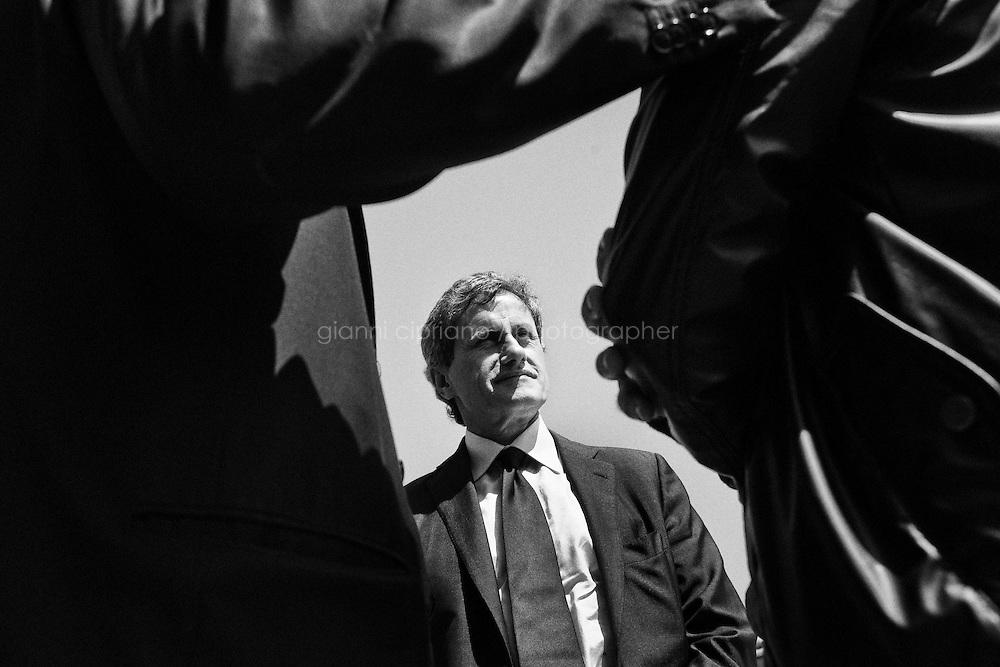 ROMA, 13 MAGGIO 2013: il Presidente dell'VIII municipio Massimiliano Lorenzotti (a sinistra) presenta al sindaco Gianni Alemanno (centro) un ragazzo del quartiere Borghesiana durante la campagna elettorale per elezioni amministrative della città di Roma, a Roma il 13 maggio 2013.