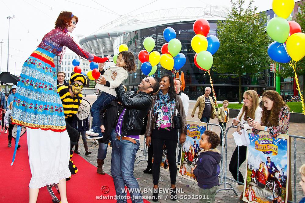 NLD/Amsterdam/20100926 - Inloop  première Ernst, Bobbie en het geheim van de Monta Rossa, Jasmine Sendar's zoontje Sol geeft steltloper high five