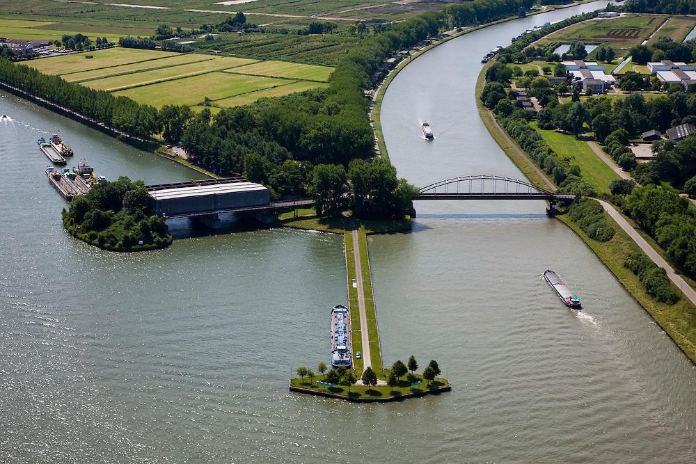 Nederland, Utrecht, Nieuwegein, 12-06-2009; Amsterdam-Rijnkanaal (links) met plofsluis bij Jutphaas, onderdeel van de Nieuwe Hollandse Waterlinie. De voorziening diende om het kanaal af te kunnen dammen, een explosie met dynamiet zou de inhoud van de betonnen bak - zand en grind - in het kanaal doen belanden. Toenemende scheepvaart leidde er toe dat het kanaal om de sluis heen geleid werd. .Swart collectie, luchtfoto (25 procent toeslag); Swart Collection, aerial photo (additional fee required); .foto Siebe Swart / photo Siebe Swart