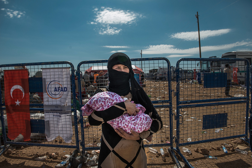 A Syrian mother with her baby at the Yumurtalık border, Turkey