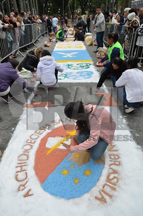 SAO PAULO, SP, 30 DE MAIO DE 2013 - CELEBRACAO CORPUS CHRISTI - Pessoas trabalham na confecção dos tradicionais tapetes decorativos para celebração da missa de Corpus Christi, na Praça da Sé, região central da capital, na manhã desta quinta feira, 30.  (FOTO: ALEXANDRE MOREIRA / BRAZIL PHOTO PRESS)