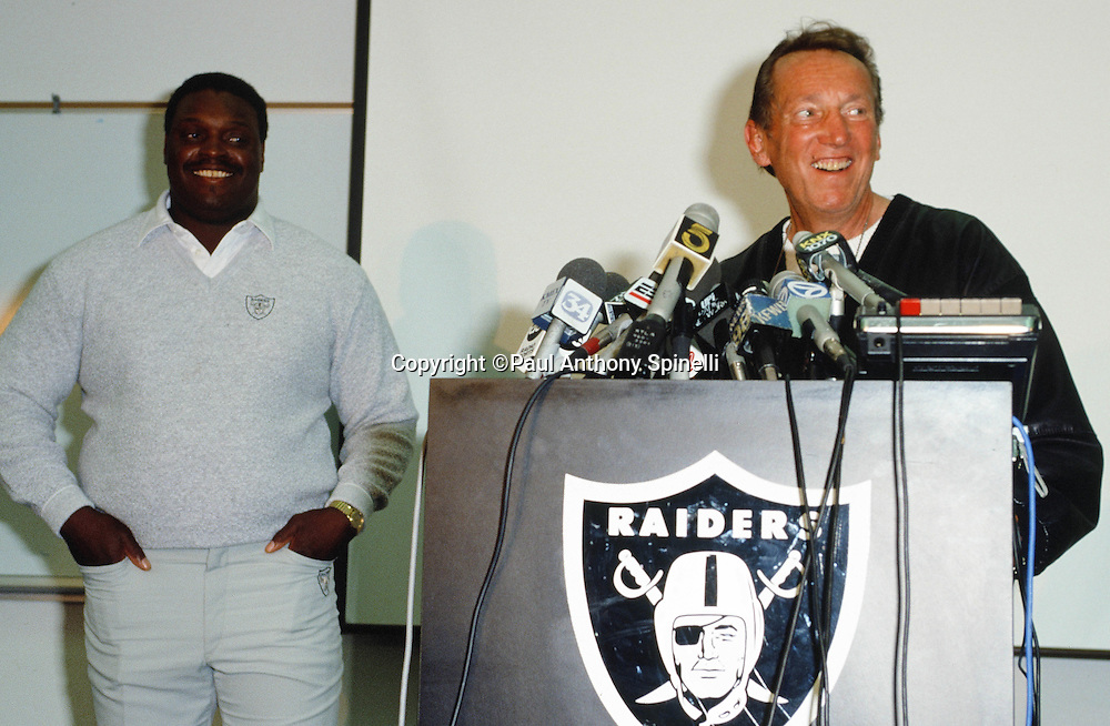 (L-R) Oakland Raiders head coach Art Shell is announced as the newest coaching hire in a NFL press conference led by Oakland Raiders owner Al Davis on Oct. 3, 1989 in Oakland, Calif. (©Paul Anthony Spinelli)
