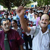 Oaxaca, Oax.- Maestros de Oaxaca marchan por las calles del centro de la ciudad a una semana de haber iniciado un planton para presionar al gobierno a que les entregue mas de 200 millones de pesos por la rezonificacion. Los maestros exigen sean acumplidas sus demandas para poder regresar a sus lugares de origen y continuar con las clases a mas de un millon de estudiantes. Agencia MVT / Eder Lopez. (DIGITAL)<br /> <br /> NO ARCHIVAR - NO ARCHIVE