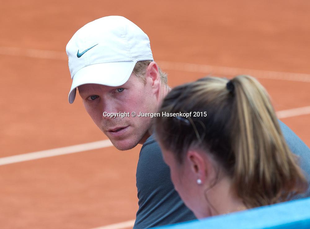 Trainer Mark Derksen (NED) spricht mit Annilka Beck (GER) waehrend der Spielpause,coaching,<br /> <br /> Tennis - Gastein Ladies 2015 - WTA -  Europaeischer Hof - Bad Gastein -  - Oesterreich - 21 July 2015. <br /> &copy; Juergen Hasenkopf