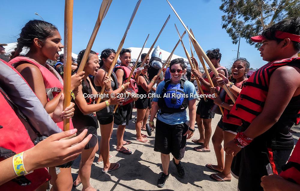 新华社照片,洛杉矶,2017年7月31日<br />     (国际)(14)第二十一届加州长滩龙舟节<br />     7月30日,参赛选手为队友喝采。<br />     在美国洛杉矶长滩市海滨体育场举行的第二十一届年度长滩龙舟节,吸引百余队上千选手参赛。长滩龙舟节是加州最大的龙舟比赛,同时也展示了中国古代龙舟赛的运动。<br />     新华社发(赵汉荣摄)<br /> Dragon boat racers greet their teammates after a 500-meter race at the 21st Annual Long Beach Dragon Boat Festival at Marine Stadium in Long Beach, California, the United States, on July 30, 2017. The Long Beach Dragon Boat Festival is held every year in July at Marine Stadium to hosting the largest dragon boat competitions in California. It showcases the ancient Chinese sport of dragon boat racing. (Xinhua/Zhao Hanrong)(Photo by Ringo Chiu)<br /> <br /> Usage Notes: This content is intended for editorial use only. For other uses, additional clearances may be required.