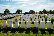 België. Ieper. Artillery Wood Cemetery is een Britse militaire begraafplaats met gesneuvelden uit de Eerste Wereldoorlog, gelegen in het Belgische dorp Boezinge. De begraafplaats ligt ruim een kilometer ten oosten van het dorpscentrum en werd ontworpen door Reginald Blomfield Foto: Gerrit de Heus                                                       Belgium Artillery Wood Cemetery, near Boezinge, Belgium, is a Commonwealth War Graves Commission cemetery from the First World War.<br /> <br /> The cemetery grounds were assigned to the United Kingdom in perpetuity by King Albert I of Belgium in recognition of the sacrifices made by the British Empire in the defence and liberation of Belgium during the war Photo: Gerrit de Heus