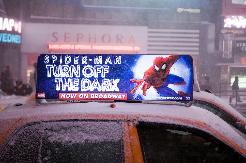 Times Square, advertising for Spider-Man Broadway show. The show has big problems with safety issues, the opening has been postponed many times..The first blizzard in New York City at the end of 2010 on Dezember 26.Der erste Scheesturm des Winters 2010/2011 am 26. Dezember