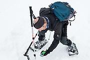 Feinsuche: Das LVS wird auf der Schneeoberfläche geführt