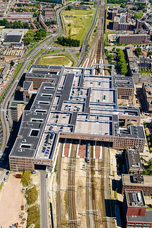 Nederland, Noord-Brabant, Gemeente Breda, 23-08-2016; OV Terminal Breda, het nieuwe centraal station van Breda. Combinatie van wonen, werken en reizen. Het dak van de stationshal, boven de perrons, bestaat uit een parkeerdak <br /> Public Transport Terminal Breda, the new central train station of Breda. Combination of living, working and traveling. The roof of the station, above the platforms, has been designed as car park<br /> luchtfoto (toeslag op standard tarieven);<br /> aerial photo (additional fee required);<br /> copyright foto/photo Siebe Swart