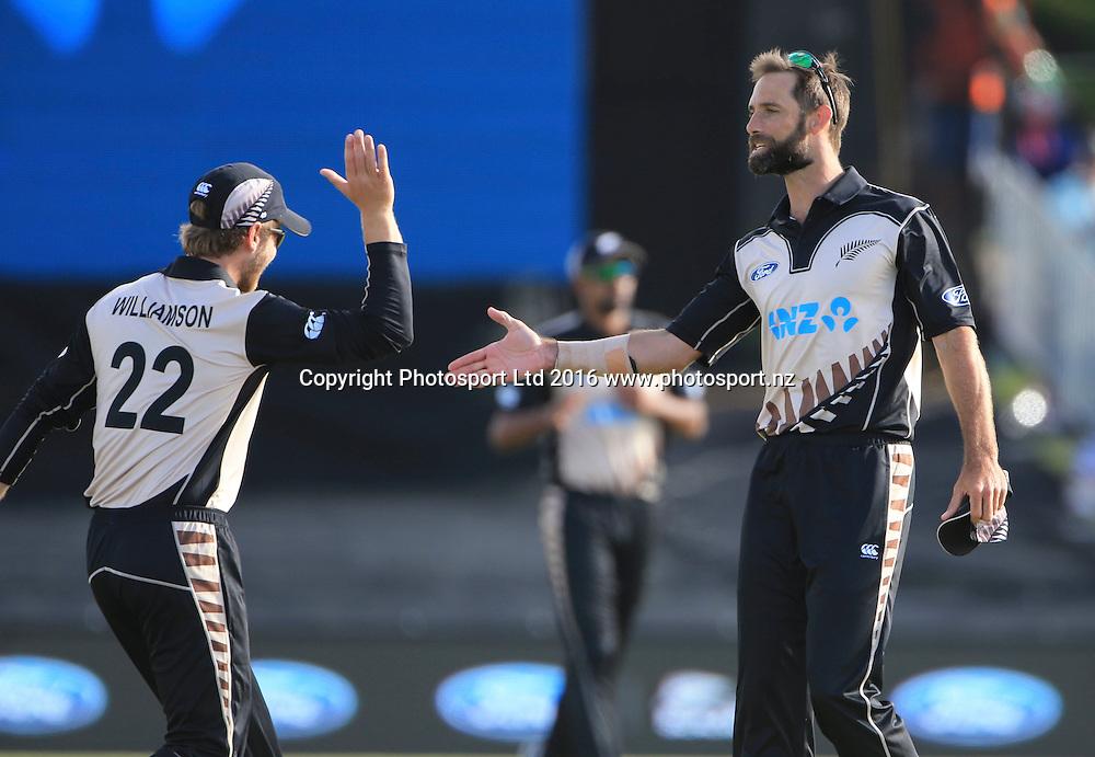 New Zealand?s Kane Williamson and Grant Elliott chat. First cricket T20, Black Caps v Sri Lanka, Blake Park, Tauranga,  New Zealand. Thursday, 7 January , 2016. Copyright photo: John Cowpland / www.photosport.nz