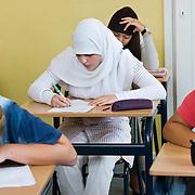 Nederland Rotterdam 23-09-2009 20090923 Serie over onderwijs,  openbare scholengemeenschap voor mavo, havo en vwo.  Lesuur nederland, klassikaal een toets maken. Allochtoon meisje, moslima maakt toets.                                      .Foto: David Rozing