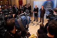17 DEC 2004, BERLIN/GERMANY:<br /> Edmund Stoiber (L), CDU, Ministerpraesident Bayern, und Franz Muentefering (R), SPD Partei- und Fraktionsvorsitzender, waehrend einer Pressekonferenz zum Scheitern der Foederalismusreform, vor dem Protokollsaal, Deutscher Bundestag<br /> IMAGE: 20041217-02-016<br /> KEYWORDS: Bundesstaatenkommission, Franz Müntefering, Journalist, Journalisten, Kamera, Camera<br /> Kommission von Bundestag und Bundesrat zur Modernisierung der bundesstaatlichen Ordnung