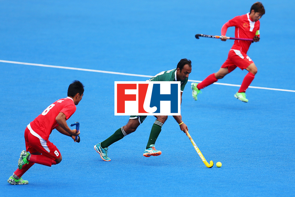 LONDON, ENGLAND - JUNE 25: Muhammad Umar Bhutta of Pakistan attempts to break through the China defence during the 7th/8th place match between Pakistan and China on day nine of the Hero Hockey World League Semi-Final at Lee Valley Hockey and Tennis Centre on June 25, 2017 in London, England.  (Photo by Steve Bardens/Getty Images)