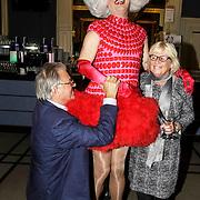 NLD/Amsterdam/20150128 - Boekpresentatie Willeke Alberti, Jeroen Krabbe op zijn knieen, partner Herma met Dolly Bellefleur