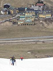 22.03.2018, Pichl-Preunegg bei Schladming, AUT, Red Bull Der lange Weg, Überquerung Alpenhauptkamm, längste Skitour der Welt, im Bild Philipp Reiter (GER), vorne, und David Wallmann (AUT) sowie Bernhard Hug (SUI), hinten, vor der Kulisse des Hotels Pichlmayrgut // during the Red Bull Der lange Weg, crossing of the main ridge of the Alps, longest ski tour of the world, in Pichl-Preunegg near Schladming, Austria on 2018/03/22. EXPA Pictures © 2018, PhotoCredit: EXPA/ Martin Huber