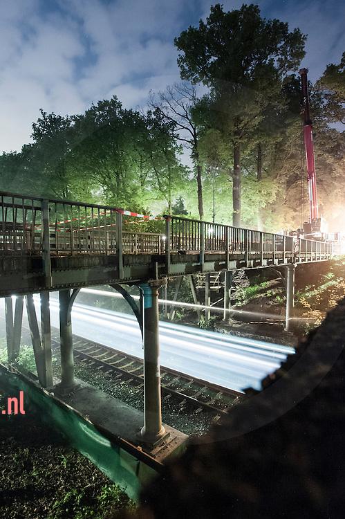 nederland, enschede, 28 29 april 2014 laatste trein onder de oude brug, daarna Sloop van de 150 jaar oude brug (in de Noord-Esmarkerrondweg) over het spoor Enschede-Gronau.