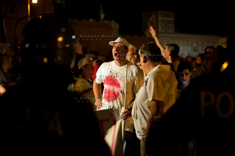 Roma 3 Agosto 2013<br /> Manifestazione del comitato anti discaricara  all'Ardeatina. I manifestanti partiti da piazza Bocca della Verità hanno raggiunto i Fori imperiali ,superando i blocchi della polizia,dove si svolgeva la festa per la pedonalizzazione dei fori.