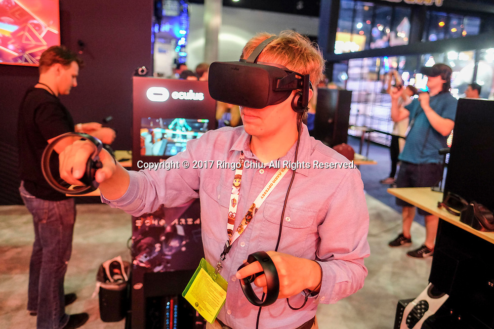 6月13日,一名电子游戏爱好者在美国洛杉矶举办的E3电子娱乐展上感受新款电子游戏。当日,一年一度的E3电子娱乐展在洛杉矶会议展览中心正式开幕。新华社发 (赵汉荣摄)<br /> A game enthusiast tries the new games during the Electronic and Entertainment Expo (E3) at the Convention Center in Los Angeles, the United States, on June 13, 2017. (Xinhua/Zhao Hanrong) (Photo by Ringo Chiu)<br /> <br /> Usage Notes: This content is intended for editorial use only. For other uses, additional clearances may be required.