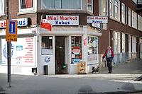 Een Poolse buurtwinkel op de hoek van de Bas Jungeriusstraat en de Katendrechtse Langedijk in de Rotterdamse Tarwewijk. Veel van de kleine huurwoningen worden bewoond door groepen Oosteuropese mannen die hier illegaal wonen. In de kleine volkswijk zijn twee Poolse winkels.