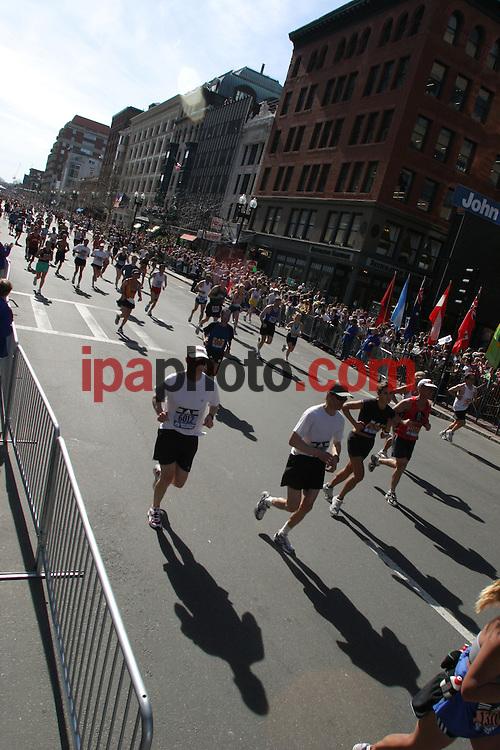 4/18/2005. Boston. Approximately 500,000 spectators line the 26.2 mile course annually to see the Boston Marathon, the most widely viewed sporting event in a single day in United States. More than 20,000 participants in 10 divisions, including push-rim wheelchair, crossed eight cities and towns, making the marathon an unforgatable sporting event that has been held for more than 100 years. Photo by IPAPHOTO.COM....4/18/2005. Boston. Aproximadamente 500,000 espectadores forman una linea de 26.2 millas para ver el maraton de Boston, uno de los eventos deportivos mas vistos en un solo dia en Estados Unidos. Mas de 20,000 participantes en diez diviciones, incluyendo competencia en silla de ruedas, cruzaron ocho ciudades y pueblos, haciendo del maraton un inolvidable evento deportivo que ha sido realizado por mas de cien anos. Foto por IPAPHOTO.COM