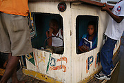 Estudantes em embarcação no Rio São Francisco em Xique Xique, Bahia..Students in embarkation in Rio São Francisco in Xique Xique, Bahia.
