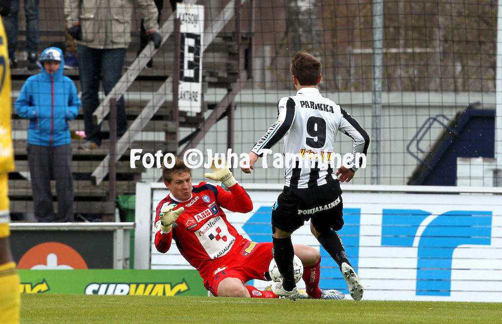 4.5.2014, Hietalahti, Vaasa.<br /> Veikkausliiga 2014.<br /> Vaasan Palloseura - Helsingin Jalkapalloklubi.<br /> Michael T&oslash;rnes (HJK) v Jarno Parikka (VPS).