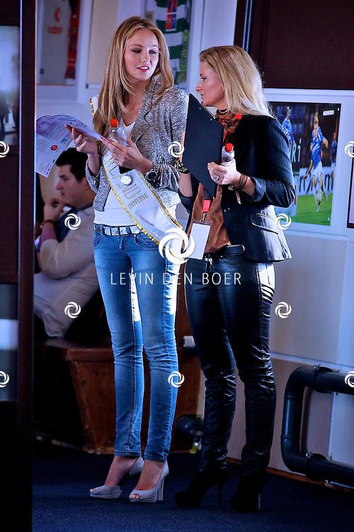 DEN BOSCH - In het stadion van FC Den Bosch zijn weer de voorrondes gehouden voor de Miss Noord-Brabant verkiezingen.  Met op de foto Miss Nederland Universe 2011 Kelly Weekers en Dagmar Pijnappels. FOTO LEVIN DEN BOER - PERSFOTO.NU