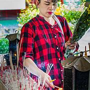 THA/Bangkok/201607111 - Vakantie Thailand 2016 Bangkok, Thaise vrouw brengt een offer in de Wat Arun tempel in Bangkok