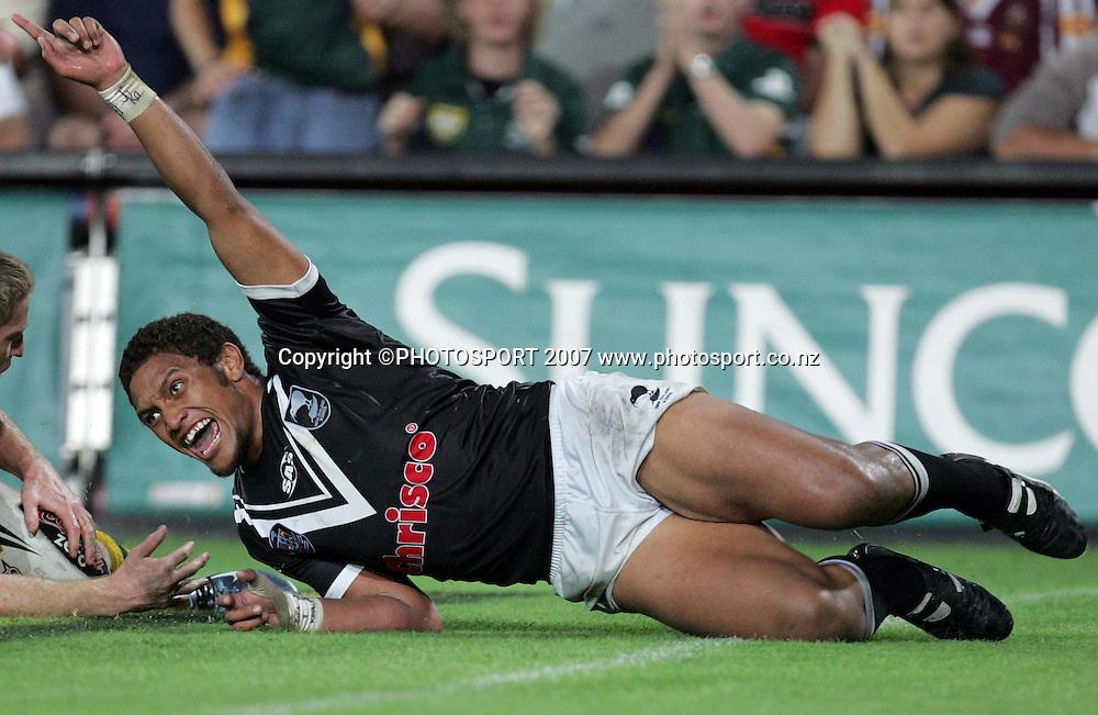 Manu Vatuvei celebrates after scoring during the ANZAC international rugby league match between the Kiwis and Australia at Suncorp Stadium, Brisbane, Australia on Friday 20 April 2007. Australia won the match by 30 - 6. Photo: Hannah Johnston/PHOTOSPORT<br /><br /><br /><br />200407