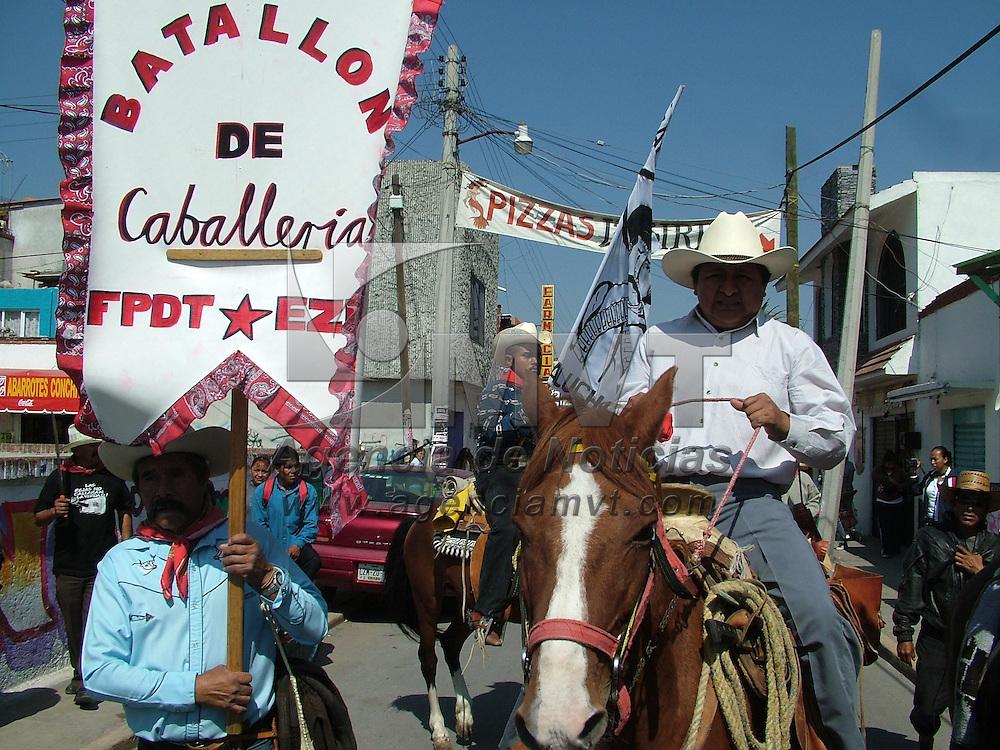 San Salvador Atenco, M&eacute;x.-  Integrantes del Frente de Pueblos en Defensa de la Tierra (FPDT) marcharon sobre la carretera Texcoco-Lecher&iacute;a, algunos a caballo y la mayor&iacute;a a pie. Partieron desde San Salvador Atenco, en el estado de M&eacute;xico hacia el &Aacute;ngel de la Independiencia, en el Distrito Federal, para conmemorar el primer aniversario de la irrupci&oacute;n polic&iacute;aca al centro de Atenco. Agencia MVT / Jose Israel Nu&ntilde;ez. (DIGITAL)<br /> <br /> NO ARCHIVAR - NO ARCHIVE