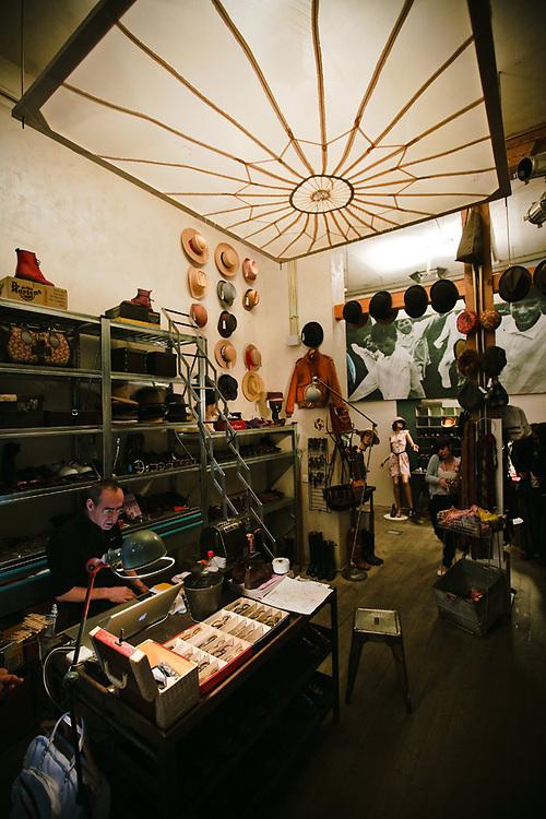 """Estilo en piezas de inspiración retro es lo que ofrece el The The, que se define como un """"Spacio Vintage"""". La tienda abrió en la zona hace cuatro años."""