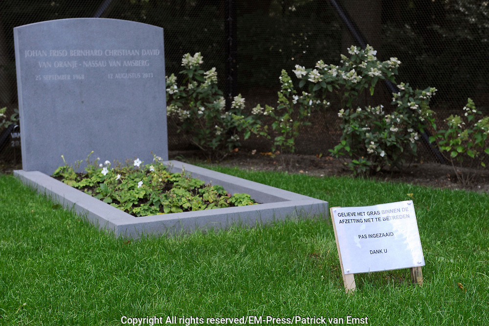 Het is vandaag een jaar geleden dat prins Friso op 44-jarige leeftijd overleed. De prins werd in februari 2012 getroffen door een lawine in het skigebied van Lech. Hij overleed uiteindelijk aan de gevolgen van dat ongeval.<br /> <br /> Op de foto, het graf van Prins Friso in Lage Vuursche
