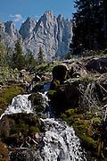 Bach bei Gros Mont, Blick auf die Gastlosen mit Sattelspitzen . Ruisseau au Gros Mont, avec vue sur les Gastlosen / Sattelspitzen. Jaun, Bellegarde. Gruyère.© Romano P. Riedo