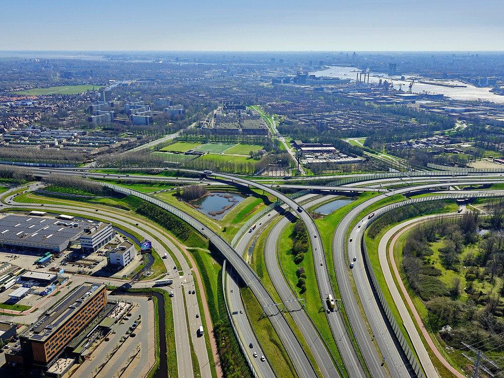 Nederland, Noord-Holland, Amsterdam; 23-03-2020; Amsterdam-Noord. Coenplein, Ring Amsterdam, A8 (onder in beeld) en A10 (links, rechts naar Coentunnel). Weinig verkeer ten gevolge van de corona crisis.<br /> Amsterdam North. Coenplein, Amsterdam Ring, A8 and A10. Little traffic as a result of the corona crisis.<br /> luchtfoto (toeslag op standaard tarieven);<br /> aerial photo (additional fee required)<br /> copyright © 2020 foto/photo Siebe Swart