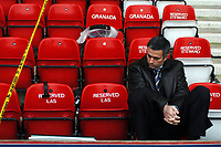 Fotball<br /> Premier League 2004/05<br /> Arsenal v Chelsea<br /> Highbury<br /> 12. desember 2004<br /> Foto: Digitalsport<br /> NORWAY ONLY<br /> A relaxed Jose Mourinho catches up with the Aston Villa v Birmingham game before kick off