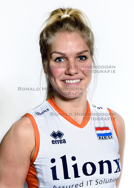 28-12-2015 NED: Nederlands Volleybalteam vrouwen, Arnhem<br /> Nederlands volleybalteam vrouwen op de foto met de nieuwe sponsorshirt ilionx / Kirsten Knip #1