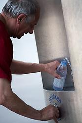THEMENBILD - erste Hitzewelle des Jahres bahnt sich an, im Bild Mann holt sich Wasser an einen Trinkbrunnen, aufgenommen am 10. Juni 2019 in Wien, Oesterreich. // Over the next few days, the thermometer is expected to move in the direction of 35 degrees Celsius and above. Wien, Austria on 2019/06/10. EXPA Pictures © 2019, PhotoCredit: EXPA/ Michael Gruber