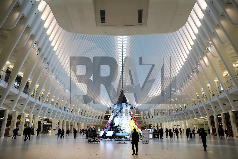 NOVA YORK, EUA, 07.02.2018 - ARTE-EUA - Instalação artistica Stain-Less, Waste-Less, pode ser vista no The Oculus World Trade Center em Manhattan na cidade de Nova York nos Estados Unidos, nesta quarta-feira, 07. A obra chama atenção para informar que 10,5 milhões de toneladas de roupas é descartadas todos os anos, e tres de quatro pessoas não estão doando roupas, porque elas estão rasgadas ou manchadas. (Foto: William Volcov/Brazil Photo Press)