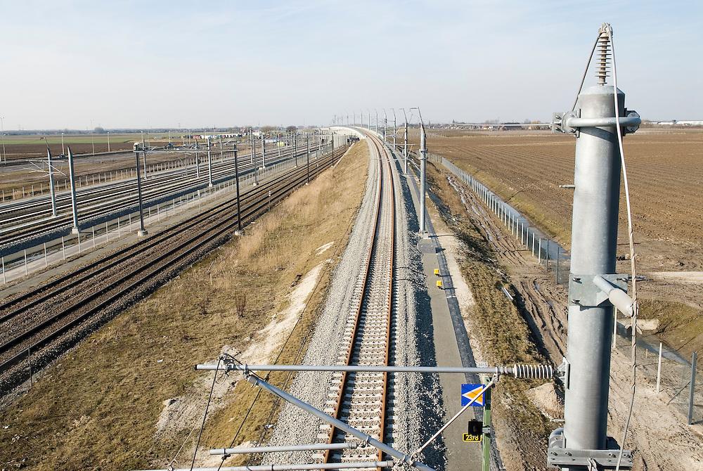 Nederland, Zevenbergense Hoek, 20060313..HSL lijn ligt parallel aan de A16 en de gewone spoorlijn..treinviaduct op de achtergrond.Hoge snelheids spoorlijn, trein.