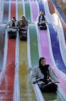 Iran. Esfahan. Ispahan. Femmes sur les toboggans // Iran. Esfahan. Ispahan. Women on the toboggans.