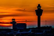 schiphol - de verkeertoren , verkeer toren een klm toestel vliegtuig op de luchthaven schiphol  shoppen reizigers  een koffer op de bagageband , taxfree winkelen winkel , reizigers , reiziger , schiphol plaza , Verkeersleiding   vervoerssector , Luchthaven   Luchtverkeersleiding   overstappen   Passagier