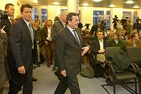 21 JAN 2003, BERLIN/GERMANY:<br /> Gerhard Schroeder (vorn), SPD, Bundeskanzler, und Michael Sommer (verdeckt), Vorsitzender Deutscher Gewerkschaftsbund, DGB, auf dem Weg zu einer Pressekonferenz nach einem gemeinsammen Gespraechs von Kanzler und DGB, DGB-Haus<br /> IMAGE: 20030121-01-011<br /> KEYWORDS: Gerhard Schröder