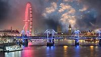 Seit der Eröffnung ist das London Eye an den Ufern der Themse zu einem Wahrzeichen geworden und ist so berühmt wie die Tower Bridge, der Big Ben und der Tower of London. London bei Nacht von der Themse aus hat schon was.